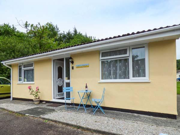 LIFE'S A BEACH, bungalow on holiday village, pet-friendly, fishing lake and - Image 1 - Liskeard - rentals