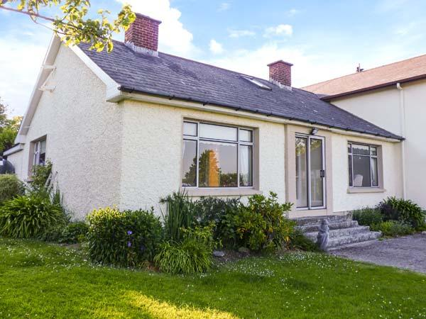 ASH DRIVE HOUSE, woodburner, off road parking, comfortable family cottage near Ballycanew, Ref. 925894 - Image 1 - Ardamine - rentals