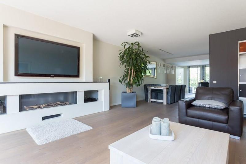 64 ich TV with home cinema, dvd, apple TV and fire place for cold Autumn and Winter nights - Exclusive family home in Amstelveen with Netflix! - Amstelveen - rentals
