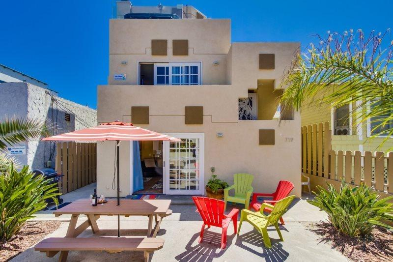 3 bedroom 2 bathroom main floor duplex with private patio - Sadie's Mission Beach Mediterranean Casa- Between the Ocean & the Bay, View from the Patio, BBQ, Bikes, WiFi - Mission Beach - rentals