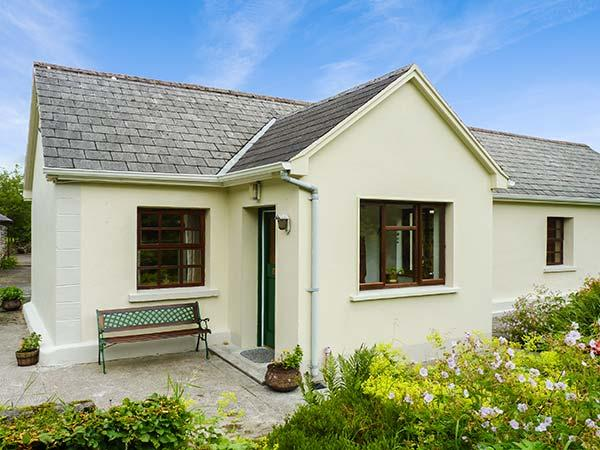 HAWTHORN FARM COTTAGE, ground floor, open plan, pet-friendly, garden, on livestock farm, Ref 926560 - Image 1 - Tubbercurry - rentals
