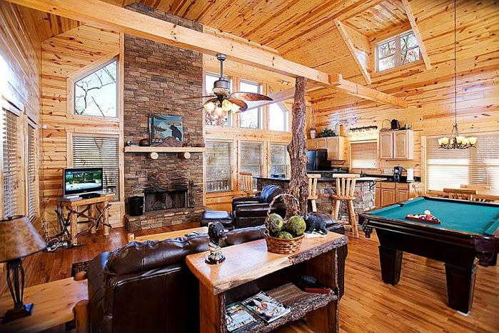 Living Room w/Leather Furnishings - Bear Creek - Helen - rentals