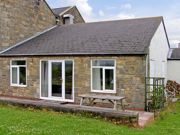 DOVE COTTAGE, pet-friendly, with a garden in Acklington, Ref 926781 - Image 1 - Morpeth - rentals