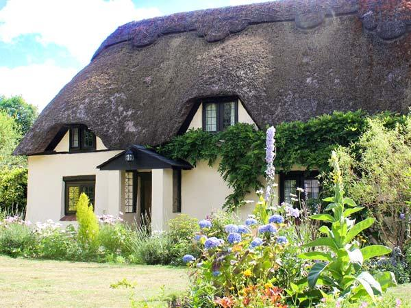 LONGHOUSE COTTAGE, Grade II listed, thatched, character, woodburner, pet-friendly, near Wimborne, Ref 920454 - Image 1 - Wimborne - rentals