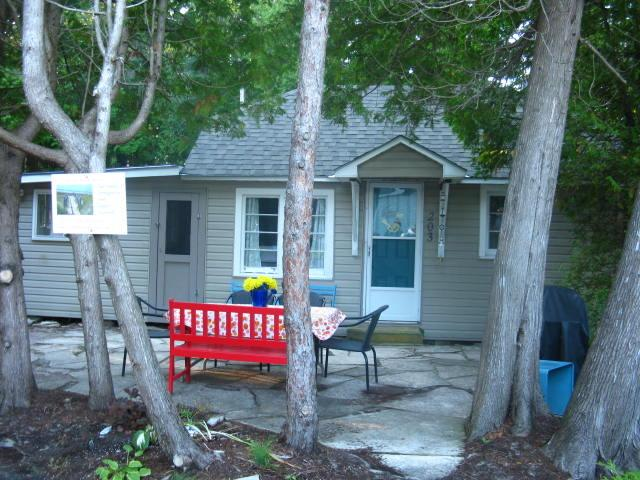 Trendy rustic chic cottage.  GREAT LOCATION! - SAUBLE BEACH-1 MIN WALK TO BEACH, 5 MIN TO MAIN ST - Sauble Beach - rentals