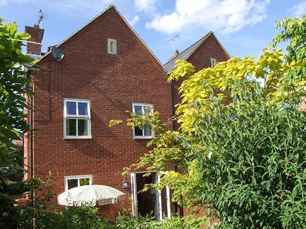 SUMMERGANGS, three-storey townhouse, en-suite, WiFi, enclosed patio, in Moreton-in-Marsh, Ref 925938 - Image 1 - Moreton-in-Marsh - rentals
