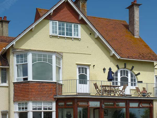 KITTIWAKE, first floor apartment, sea views, balconies, open plan living in Minehead Ref 926981 - Image 1 - Minehead - rentals