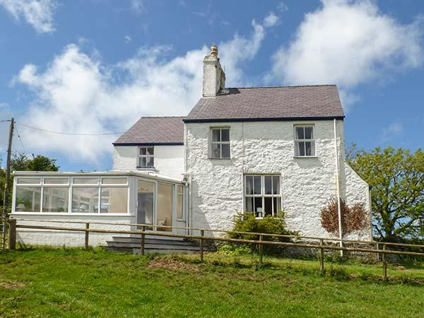 BOB FEDDAU, detached, pet-friendly, garden, woodburner, nr Llanddona, Ref 919166 - Image 1 - Llanddona - rentals