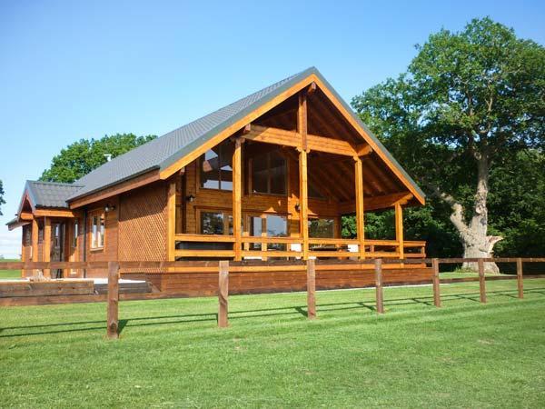 HAMPTON LODGE, luxury lodge, large bedrooms, hot tub, country views, Ellesmere - Image 1 - Ellesmere - rentals