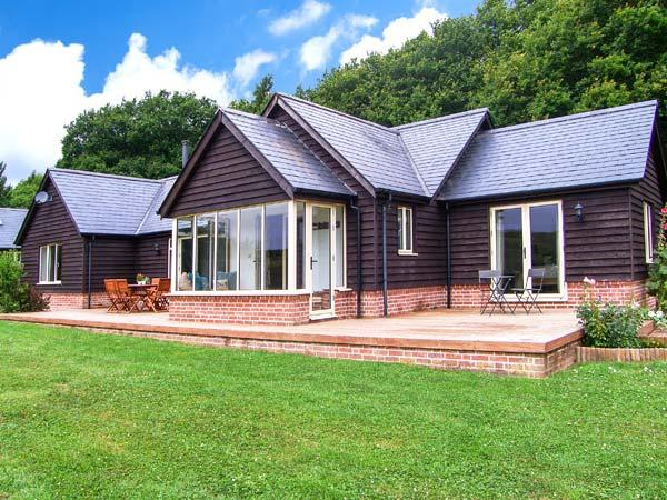 FARLEY LODGE, ground floor lodge within 2000 acre nature reserve, WiFi, en-suite, near Farley, Ref 925646 - Image 1 - West Dean - rentals