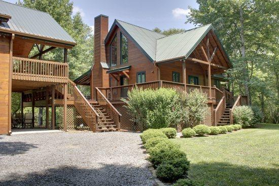 TOCCOA RIVER RESORT- BEAUTIFUL 4BR/3BA CABIN ON THE TOCCOA RIVER, SLEEPS 11, LUXURY CABIN, POOL TABLE, GAS LOG FIREPLACE, GAS GRILL, WIFI, PET FRIENDLY, STARTING AT $275/NIGHT! - Image 1 - Blue Ridge - rentals