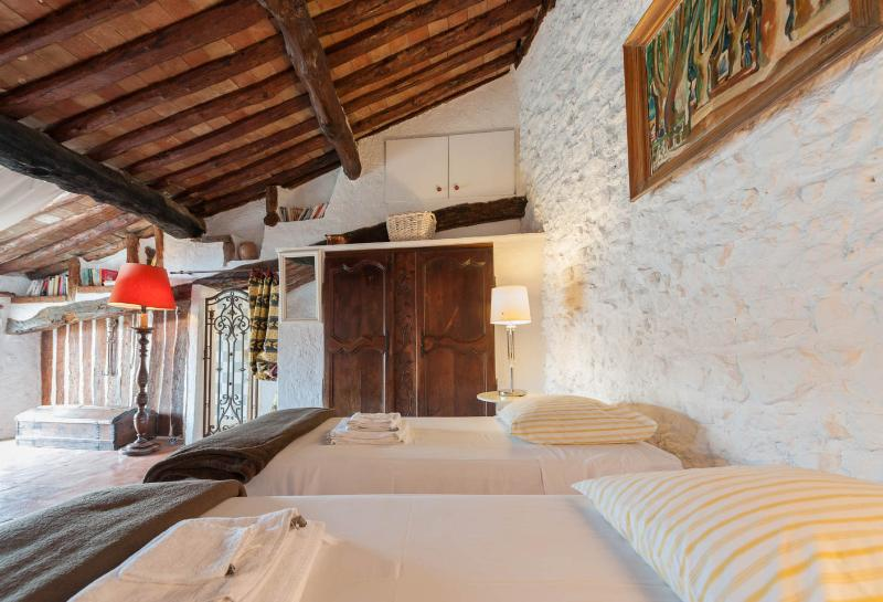 Large Artist bedroom (24sqm) on the second floor. Internet/Wifi - Charming Village-House 10min from Cannes center - Le Cannet - rentals