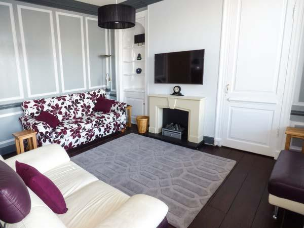 THE FLAT, town centre, WiFi, parking, character features, apartment in Barnard - Image 1 - Barnard Castle - rentals