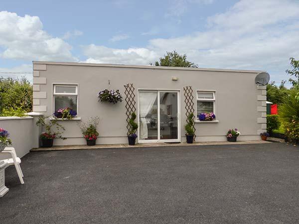 STOOKISLAND, cosy, ground floor shower room, parking, garden, in Glenbeigh, Ref - Image 1 - Glenbeigh - rentals