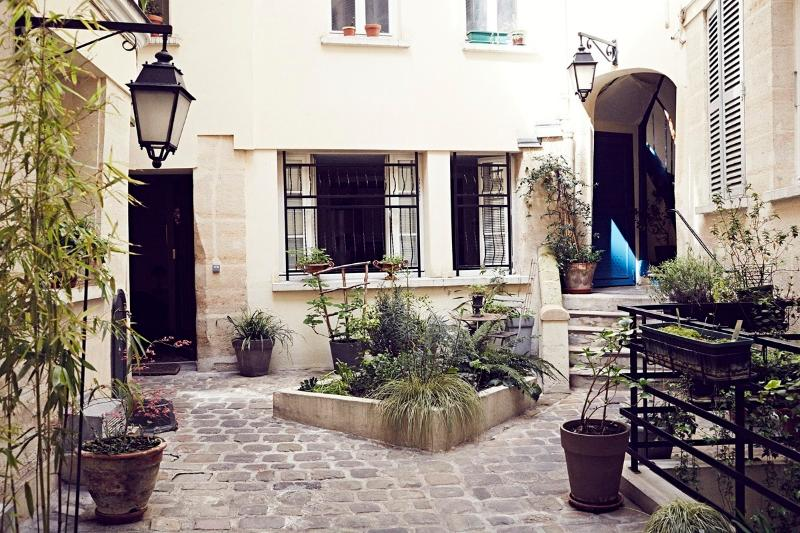 the charming courtyard - LOUVRE/MONTORGUEIL Easy, Historic & Delicious BnB - Paris - rentals