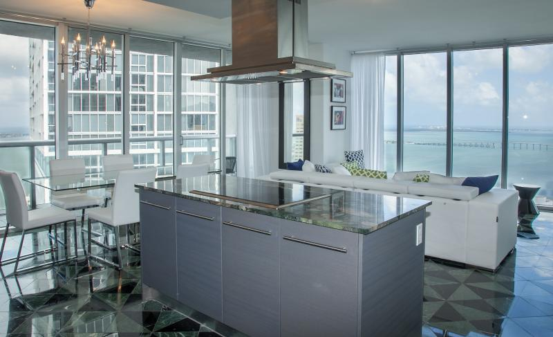 Unimprovable views! Classy marble floors, thoroughly equipped kitchen - Property 6736670 - Brickell - rentals