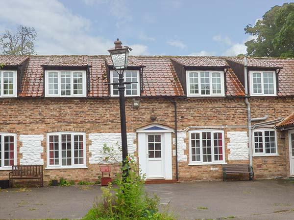 THE MEWS, large detached former farmhouse, four poster, near Bridlington, Ref 922232 - Image 1 - Bridlington - rentals