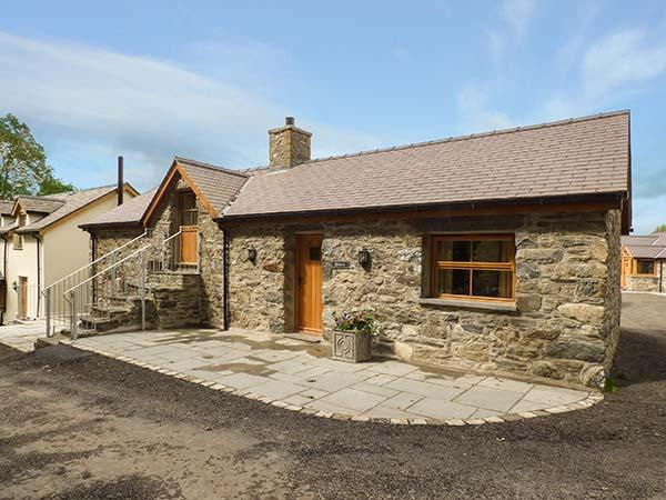 BRIWS, barn conversion, hot tub, parking, garden, in Betws-y-Coed, Ref 905257 - Image 1 - Cerrigydrudion - rentals
