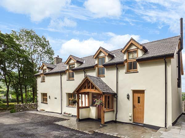 TY GWYN, detached, en-suites, woodburner, hot tub, parking, garden, in Betws-y-Coed, Ref 919557 - Image 1 - Cerrigydrudion - rentals