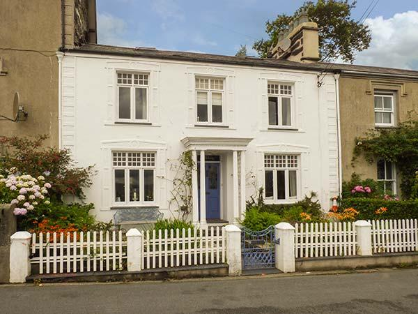 Afallon, Grade II listed town house, WiFi, tiered garden, beautiful views, in Porthmadog, Ref 926773 - Image 1 - Porthmadog - rentals
