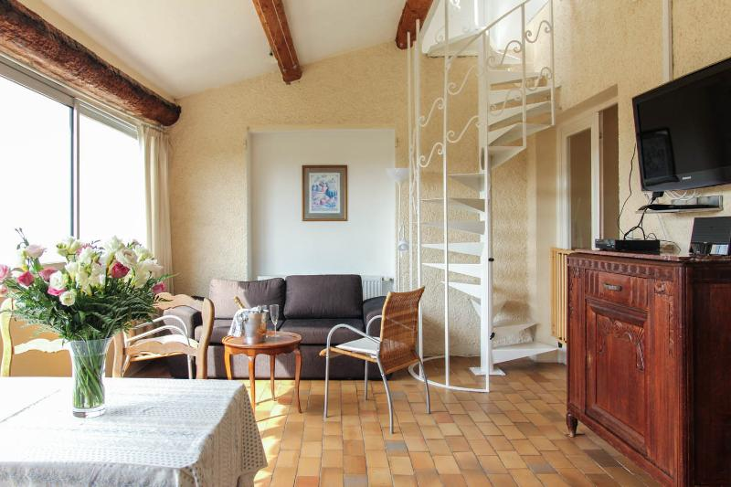 Vence, Lumineux Quiet 2 Bedroom Holiday Rental with Pool - Image 1 - Vence - rentals