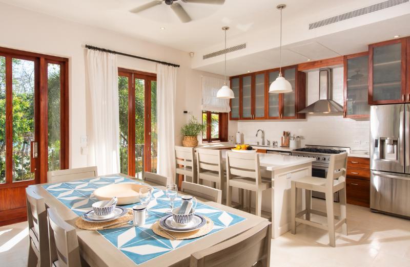 Dining area and kitchen - Casa Mira Mar, 25 Paseo del Mar - Las Catalinas - rentals