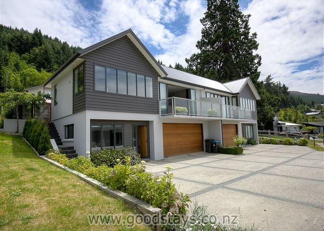 Street view - Elegant contemporary home: views, outdoor living! - Queenstown - rentals