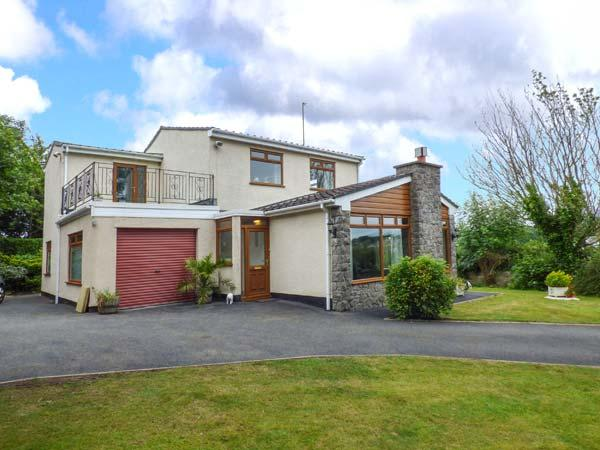 LLYS MYRDDIN, en-suite, WiFi, enclosed garden, pets welcome, near Llangefni - Image 1 - Llangefni - rentals