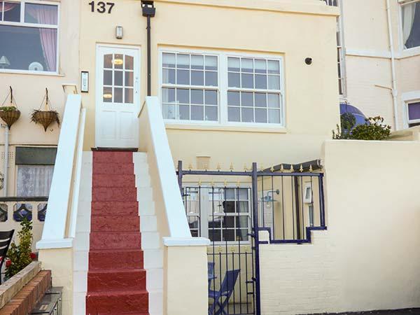 KITTIWAKE, duplex apartment, sea view, close to beaches in Scarborough Ref 925885 - Image 1 - Scarborough - rentals