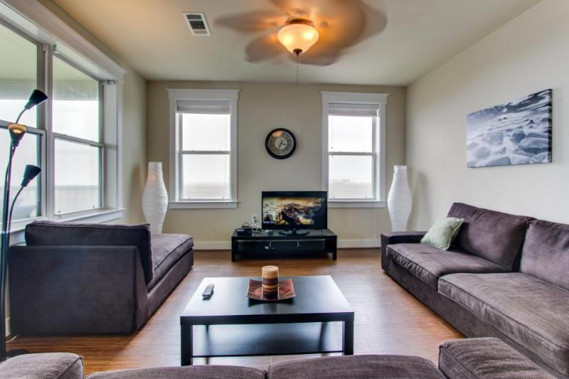 Gulf-front condo w/ 2 patios and a resort pool/hot tub, walk to the beach! - Image 1 - Galveston - rentals