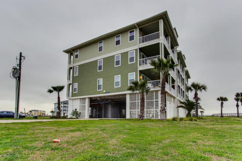 Well-appointed, waterfront home w/shared pool & hot tub! - Image 1 - Galveston - rentals