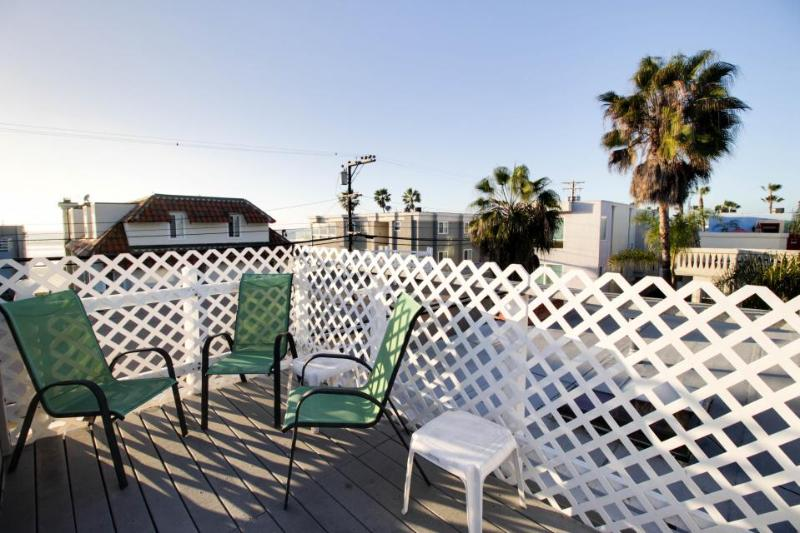 Third-floor condo steps from beach - comes w/ boogie boards. Enjoy rooftop patio - Image 1 - San Diego - rentals