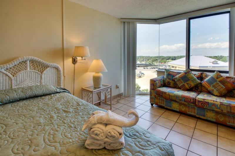 Cozy & clean beach condo with shared pools, sun deck, ocean views! - Image 1 - Panama City Beach - rentals