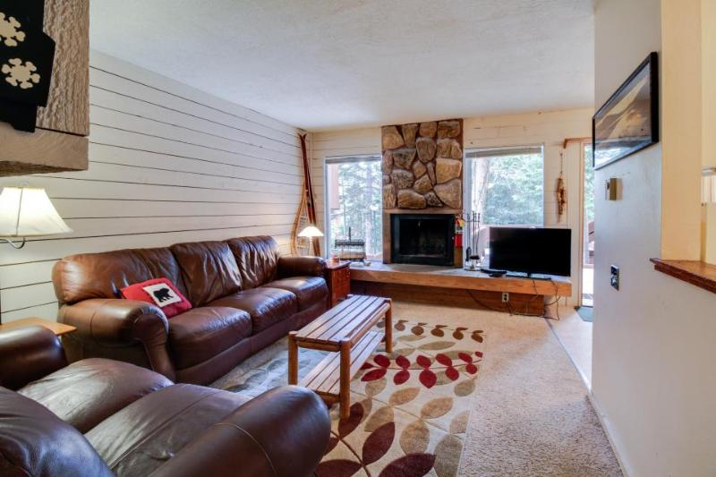 Spacious cottage w/ fireplace & mountain views - 5-minute walk to amazing skiing - Image 1 - Brian Head - rentals