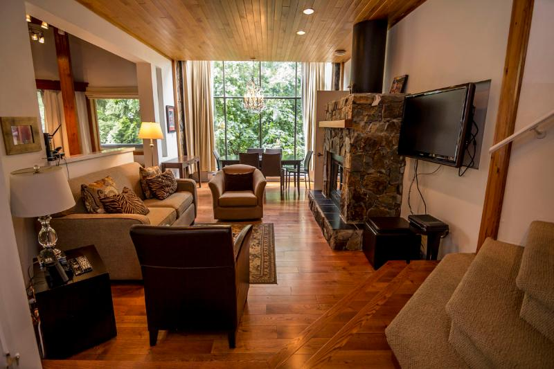 A bright and cosy main floor living area with floor to ceiling windows in the dining area. - Rainbow Lodge #5 - Whistler - rentals