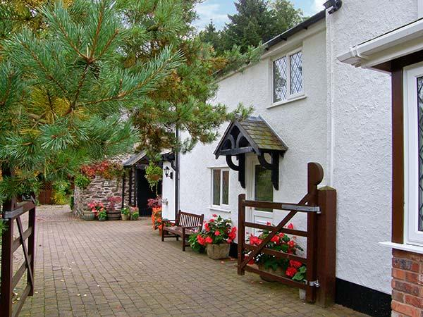 THE LITTLE WHITE COTTAGE, cosy cottage, with en-suite bedroom, off road parking, enclosed patio, near Ruthin, Ref 926008 - Image 1 - Ruthin - rentals