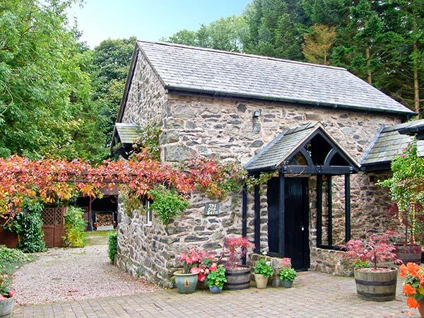 THE OLD BARN, 200 year old barn conversion, en-suite bedroom, conservatory, parking, patio, near Ruthin, Ref 928126 - Image 1 - Ruthin - rentals