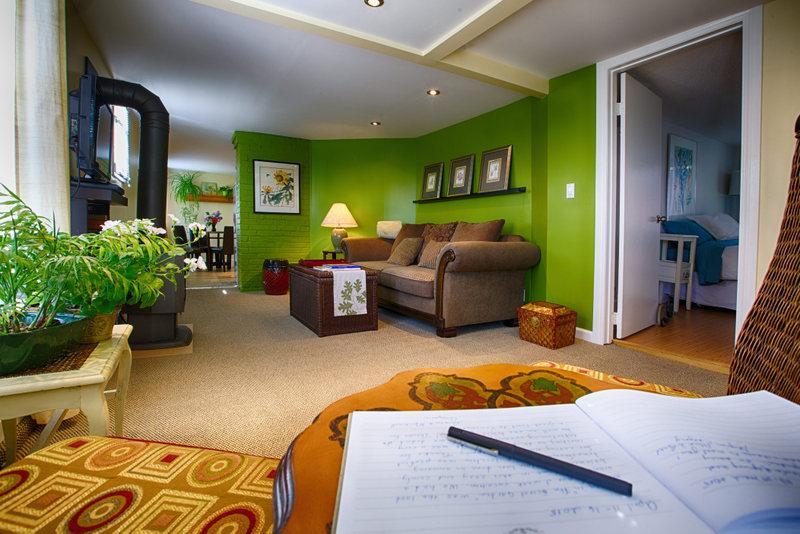 Living room - THE SECRET GARDEN Fireplace, Sauna, BBQ Hut, QUIET - Vancouver - rentals