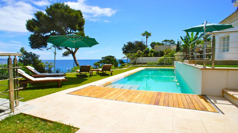 Pool area with 14 m long pool and 4,5 m jacuzzi for 10 people - Waterfront Villa 10 min from Monaco Monte Carlo - Roquebrune-Cap-Martin - rentals