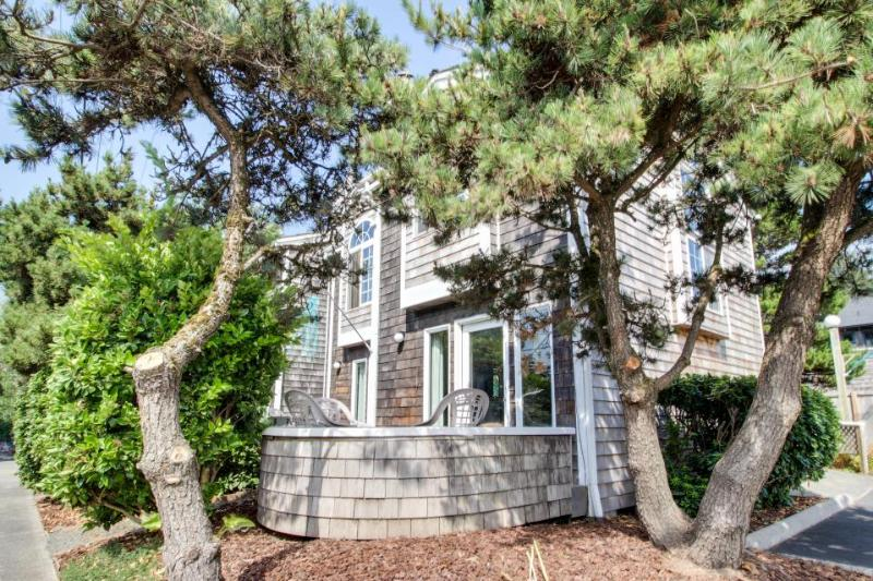 Bright & intimate dog-friendly oceanside home - walk to beach! - Image 1 - Cannon Beach - rentals