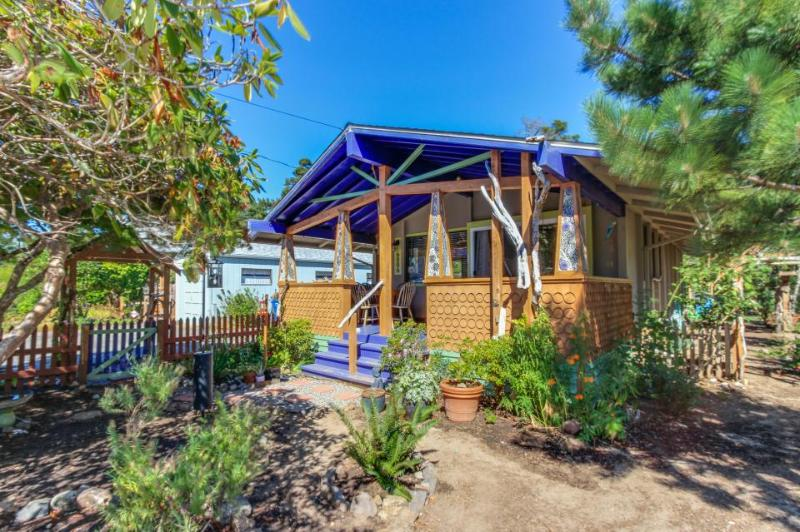Dog-friendly cozy cottage w/ covered porch & fenced yard! - Image 1 - Lincoln City - rentals