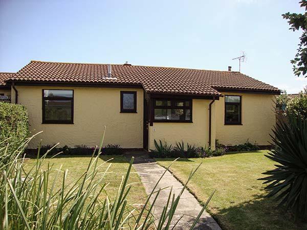 TAN Y COED, link-detached, ground floor, WiFi, woodburner-style electric fire, enclosed garden, beach 3 mins walk, Abergele, Ref 927168 - Image 1 - Abergele - rentals