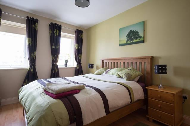 Bedroom with king size bed - Cosy apartment in Galways West End - Galway - rentals