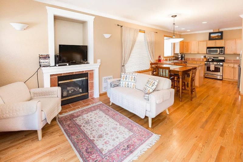 Living Room - Perfect Location Ballard - 3BR 2.5 BA Townhome Walkers Paradise - Seattle - rentals
