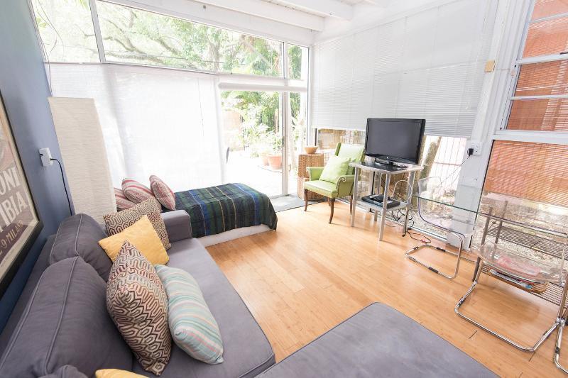 Living Room - 9P Charming Coconut Grove House w/garden near Mari - Coconut Grove - rentals