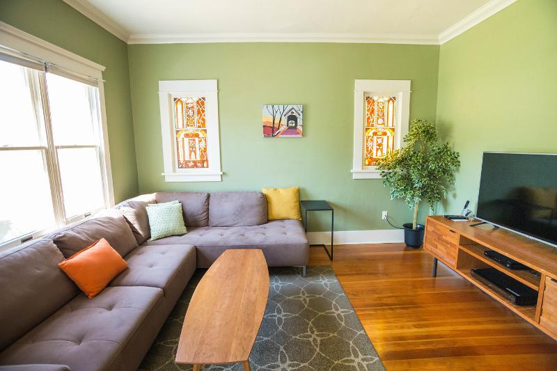 Living Room - Charming Greenlake Bungalow Close to Tangletown - Seattle - rentals
