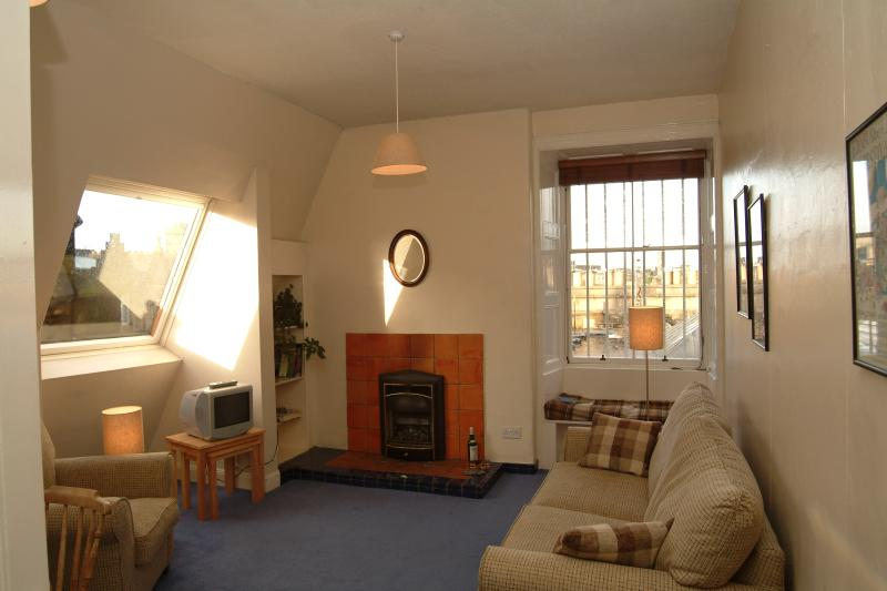 Living-room (with double sofabed) with dining area - Jeffrey St (Flat 14): Royal Mile, City Centre - Edinburgh - rentals