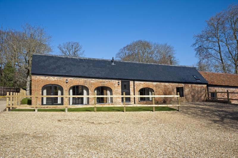 East Barns located in Ryde & East Wight, Isle Of Wight - Image 1 - Wootton - rentals