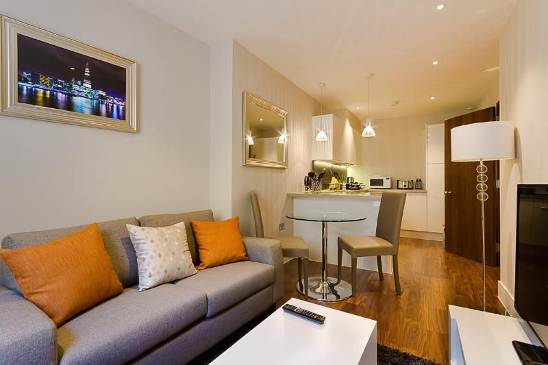 Relaxing Home on Lovat Lane - Image 1 - London - rentals