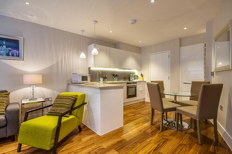 Peaceful Apartment on Lovat Lane - Image 1 - London - rentals